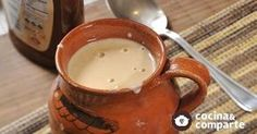 Atole de cajeta hecha por Sonia Ortiz. Los atoles se pueden consumir todo el año y están presentes siempre en las fechas importantes en México. Acompañan bien a los buñuelos, galletas de navidad, pan de muerto y rosca de reyes.