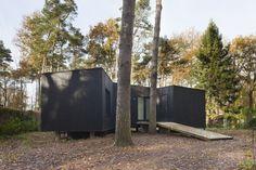 Een nieuw huis in een bos in Brecht staat onopvallend tussen bungalows en chalets uit de jaren 60 en 70. Een lichte structuur in houtskelet, die keurig tussen de bomen is gemikt.