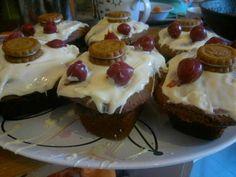 kleine Nutellakuchen mit weisser Schokoladenglasur, Kirschen und Keksen - für meinen Freund zum Geburtstag, glaube ich :-) Rezept gibt es auf chefkoch.de