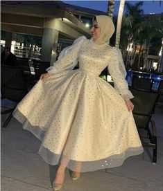 Every girl should choose a dress that suited her body type; some girls prefer the puffy soiree style, other girls prefer the pencil or the wrapped dresses. Hijab Evening Dress, Hijab Dress Party, Evening Dresses, Hijab Gown, Prom Dresses With Sleeves, Dresses For Hijab, Dresses Dresses, Elegant Dresses, Pretty Dresses