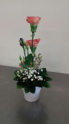 Classic roses for a pink and green party Tall Flower Arrangements, Contemporary Flower Arrangements, Ikebana Flower Arrangement, Tall Flowers, Christmas Arrangements, Large Flowers, Fresh Flowers, Beautiful Flowers, Cymbidium Orchids