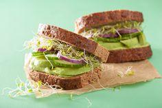 Toste as fatias de pão integral na frigideira até ficarcrocantes e quentinhas.Acrescente lascas de abacate, o broto de alfafa, as rodelas de pepino e, se quiser, algumas fatias finas de cebola ro…