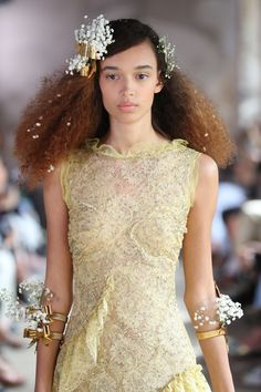 In Paris, Rodarte's hair look included baby's breath tucked into bobby pins, metallic hair bow clips, and silk ribbons. Chic Hairstyles, Spring Hairstyles, Wedding Hairstyles For Long Hair, Crown Hairstyles, Wedding Hair And Makeup, Hair Makeup, Alexis Mabille, High Fashion Shoots, Editorial Hair