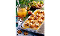 Willi-Marilli-Kuchen Rezept: Blechkuchen mit Topfen-Belag und liebevoll verzierten Marillen-Bienchen - Eins von vielen köstlichen gelingsicheren Rezepten von Dr. Oetker!