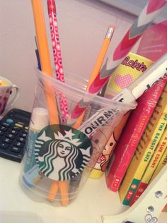 Organizing your pencils, pens, markers, makeup brushes all that stuff in Starbucks cups make your room so cute! Diy Room Decor, Makeup Brushes, Starbucks, Pens, Markers, Organizing, Make It Yourself, How To Make, Sharpies