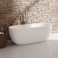 Super, zo'n vrijstaand bad tegen een stenen muur. De Melissa Ovaal Vrijstaand Bad - 165,5 x 75 cm
