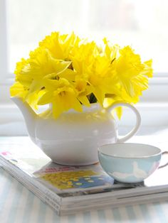 Dreaming of making this DIY Simple Flower Teapot Centerpiece once the flowers are in bloom!