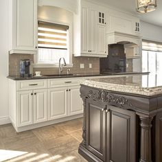 armoires blanches et îlot brun classique Kitchen Cupboard Handles, Kitchen Cupboards, Kitchen Island, Laminate Flooring, Hardwood Floors, Cuisines Design, Living Room Paint, New Homes, Shabby