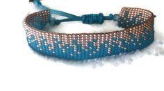Pour le bracelet, jai des perles de rocaille japonaise Miyuki et Toho ((taille 11/0, env. 2 mm). Couleurs : Transparent-Frosted Med aigue-marine, galvanisé or abricot et galvanisée fard à joues. En conclusion, jai un curseur fait de corde de bougie avec lequel vous pouvez ajuster le bracelet si facile. La largeur du bracelet est environ 1,8 cm.  Si vous voulez commander ce bracelet, sil vous plaît envoyer un message avec votre taille de poignet s.v.p. afin que je puisse faire le bracelet sur…