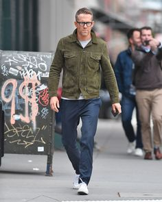 WHAT: An Officine Generale jacket. WHERE: New York City. WHEN: October 2017 WHY: Ryan Reynolds is one of those rare guys that looks as sharp in his regular life and he does on the red carpet. A strong outerwear game certainly helps. Stylish Mens Outfits, Business Casual Outfits, Ryan Reynolds Style, Green Suede Jacket, White Converse Outfits, Converse Sneakers, Best Dressed Man, La Mode Masculine, Denim Jacket Men