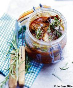 Recette Rôti de porc en bocal : Mélangez les épices avec le miel, l'huile d'olive, du sel et du poivre dans un récipient et roulez le rôti dedans afin ...