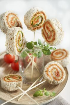 Hartige broodlolly's - Brood.net Tapas, Lunch Box Recipes, Raw Food Recipes, Bolo Rapunzel, Tea Party Sandwiches, Finger Sandwiches, High Tea Food, Afternoon Tea Parties, Food Platters