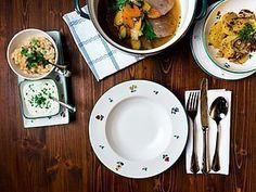 Ein Klassiker: das gekochte Rindfleisch aus dem Gasthaus Krenn ist sowohl warm mit Beilagen wie Röstkartoffeln und Schnittlauchsauce als auch kalt - dünn aufgeschnitten mit Kürbiskernöl ein Gedicht. Die Zutaten reichen für circa acht Personen. Guten Appetit! Curry, Ethnic Recipes, Food, Roasted Fingerling Potatoes, Beef, Side Dishes, Food Food, Curries, Essen