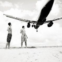 Trascorrere una giornata sulle spiagge di Maho Beach, sul lato olandese dell'isola caraibica di St Maarten, vuol dire stare a stretto contatto con gli aerei in atterraggio al vicino aeroporto internazionale Princess Julian, percepirli a pochi metri dalla propria testa, vederli enormi e mai cos&igrav