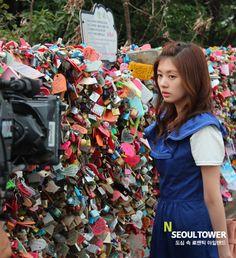 Seoul Tower banyak dijadikan tempat untuk shooting beberapa drama Korea diantaranya Boys Before Flowers :)