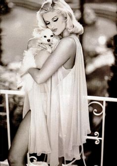 Anna Nicole Smith, yes a hooker just like Marilyn Monroe but there was something about them that captures the eye. Anna Nicole Smith, Veronica Lake, Hollywood Glamour, Old Hollywood, Guess Models, Guess Girl, Poses, Cultura Pop, Up Girl