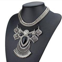 Maxi colar boho prateado com pedra preta