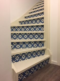 DIY Stairs with wallpaper blue Portugese tiles / DIY trap met behang Portugees tegelmotief