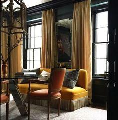 Gardinlyx! Gardinerna i detta pampiga inredningsuttryck hänger från klassiska gardinstänger som är lika mörka i tonen som väggfärgen och blir nästintill osynliga. Notera att gardinstången har monterats väl ovanför fönsterkarmen, detta lurar ögat och får fönstren att se högre ut. Vill du ha gardinspiration? Besök oss på www.gotain.com - Vi gör det enkelt att beställa skräddarsydda gardiner. #gardiner #gardin #vardagsrum #sammet Bildkälla: Pinterest