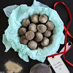 Bilde av sjokoladekuler i silkepapir med bånd og til og fra lapp Confectionery, Cupcake, Sweet Treats, Stuffed Mushrooms, Sweets, Cookies, Vegetables, Desserts, Food