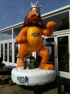 Opblaasbare dieren.: Opblaasbare blowende leeuw 400 cm hoog