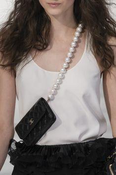 Pearl Trend Fall 2020 – Y/Project, Koche, Chanel and More – Footwear News Big Fashion, Paris Fashion, Fashion Bags, Womens Fashion, Fashion Weeks, American Casual, Kleidung Design, Sacs Design, Moda Paris