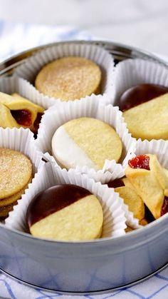 Receita com instruções em vídeo: Que tal fazer esses 4 sabores de biscoito amanteigado para o chá da tarde? Ingredientes: 1 clara , 1 colher de chá de essência de baunilha, 170g de açúcar impalpável