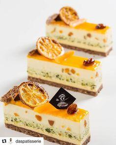 Green sponge with yellow theme Elegant Desserts, Small Desserts, Beautiful Desserts, Fancy Desserts, Sweet Desserts, Just Desserts, Sweet Recipes, Delicious Desserts, Cake Recipes