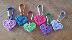 Lovely crocheted hearts with color aluminum carabiners. Crochet Gifts, Crochet Toys, Knit Crochet, Crochet Keychain, Crochet Bracelet, Crochet Lace Edging, Thread Crochet, Craft Patterns, Crochet Patterns
