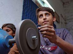 Τα νεαρά άτομα έχουν μικρότερη επίγνωση του κινδύνου. Η χρήση επικίνδυνων μηχανών αποτελεί επικίνδυνη εργασία και θα πρέπει να απαγορευτεί για όλους τους ανθρώπους κάτω των 18 ετών.© Marcel Crozet / ILO