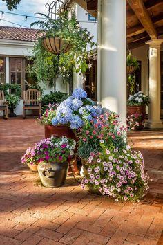 Idée aménagement extérieur grâce aux arrangements diverses des pots de plantes fleuries