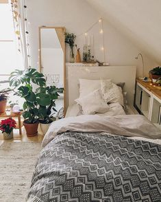 68 Lovely Minimalist Home Decor Ideas Tips For A Minimalist Bedroom Design 10 - dougryanhomes Cozy Small Bedrooms, Cozy Bedroom, Bedroom Inspo, Luxurious Bedrooms, Dream Bedroom, Bedroom Ideas, Luxury Rooms, Bedroom Wardrobe, Bedroom Colors