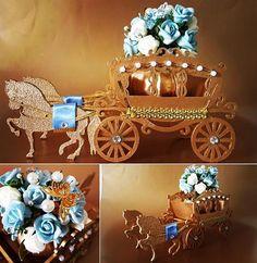 Centro de mesa - carruagem em mdf com arranjo de flores, pérolas e cristais…