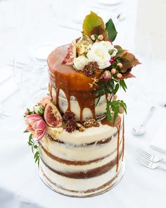 10 Fall Wedding Trends for 2016 Fall Wedding Cake: Gone are the light flavors of citrus and summer fruits. Autumn events favor decadently rich desserts, such as this wedding cake drizzled with salted caramel and decorated with figs. Pretty Cakes, Beautiful Cakes, Amazing Cakes, Wedding Cake Fresh Flowers, Fall Wedding Cakes, Naked Wedding Cake With Fruit, Wedding Cupcakes, Caramel Drip Cake, Naked Cakes