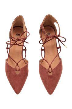 Sapatos rasos de cerimónia: Sapatos rasos de cerimónia em camurça sintética com biqueira fina, lados abertos e atacadores. Forro e palmilhas em pele sintética. Solas de borracha.