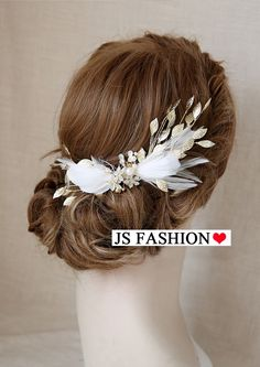 Hair Accessories Jewelry Bridal Feather Hair Clip - DESCRIPTION This high-quality hair clip is all about details. - Real feather with gold beats - Tarnish resistant jewelry wire - Attaches to a metal hair clip Feather Hair Pieces, Feather Hair Clips, Metal Hair Clips, Bridal Hair Accessories With Veil, Retro Updo, Hair Skin Nails, Wedding Hair Pieces, Feathered Hairstyles, Hair Jewelry