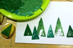 Easy Christmas card crafts for kids: potato printing Christmas trees and cute homemade gift wrap. Christmas Placemats, Christmas Card Crafts, Preschool Christmas, Toddler Christmas, Christmas Cards To Make, Christmas Activities, Homemade Christmas, Christmas Fun, Christmas Card Printing