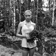 Após realizar cinco expedições pelo bioma brasileiro, o fotógrafo Edu Simões lança a obra Amazônia, que reúne 100 imagens, em preto e branco, que revelam as belezas da fauna e flora da região e, também, a rotina das pessoas que vivem no bioma