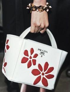 A Milano sfilano le borse Prada per la primavera estate 2013, fiori e Giappone