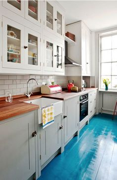 Painted floorboards / colour on floor? Best Interior, Kitchen Interior, New Kitchen, Kitchen Ideas, Interior Design, Kitchen Flooring, Kitchen Cabinets, Pine Flooring, Wall Cabinets