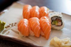 I wish I could make sushi :( Sushi Co, Nigiri Sushi, Sashimi, Chef Dishes, Food Dishes, Food Out, Love Food, Sushi Guide, Sweet Sushi