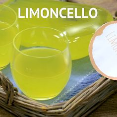 Il LIMONCELLO è un liquore fesco, realizzato con le scorze di limone. Un fine pasto gradevole e aromatico che si prepara con i limoni della Costiera amalfitana!  #giallozafferano #limoncello #lemon #recipe #homemade #howto #recipe #recipes #drinks  [Homemade Limoncello recipe] Limoncello Cocktails, Homemade Limoncello, Vodka Drinks, Cocktail Drinks, Fun Drinks, Yummy Drinks, Alcoholic Drinks, Apple Vodka, Homemade Liquor