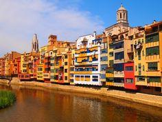 Paseando por la parte antigua de #Girona, junto al rio Onyar, encontramos las pintorescas casas construidas a lo largo de los siglos. Una sucesión de edificios de colores que colorean una de las imágenes más significativas de la ciudad. Sus fachadas fluviales están pintadas siguiendo una paleta cromática realizada por los arquitectos Fuses y Viader.