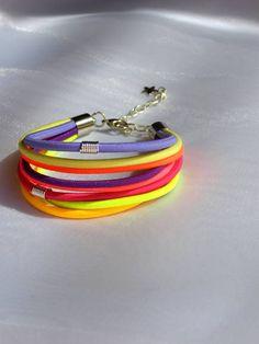 Pulseira Coleção United Flavours by Petra Charmite Cor: amarela, amarela neon, laranja, vermelha neon, vermelha, lila, roxo Comprimento: 17 cm (+ 5cm corrente) R$ 14,99