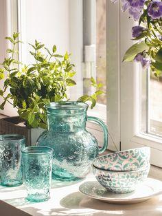 Vajilla en azul. Jarra, vasos y cuencos con dibujos geométricos adquiridos en…