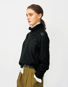 英国を代表するクロージングデザイナーであるマーガレット・ハウエルの日本公式サイト。良質を求め、モダンクラシックを更新し続ける彼女のものづくりは、ウィメンズ、メンズ、ハウスホールドグッズ、カフェに至るまで幅広く展開されています。 Margaret Howell, Bohemian Style, Style Icons, Turtle Neck, Street Style, Female, Detail, Spring, Sweaters