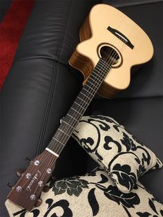 LAKEWOOD M-18 CP Grand Concert Natural Serie Elektro-Akustik-Gitarre inkl. Koffer, natural - Die Lakewood Natural Serie: Kostbare Hölzer, fast naturbelassen und pur, strahlen ihre eigene Schönheit aus. Der direkte Weg zwischen dem Material und den Augen des Betrachters. Die Reduktion auf das wirklich Wesentliche. Nicht mehr, aber auch nicht weniger, da sämtliche Gitarren der Natural Serie nach den hohen Prinzipien der Gitarrenbaukunst entstehen, die allen Lakewood Gitarren zu Grunde liegen…