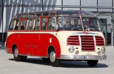 The red Setra S 8 was built in 1955 and is consequently a more recent vehicle - easy to tell from the wider track of the front axle