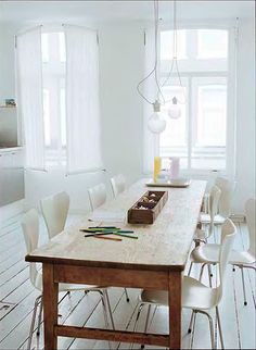 Antique table in the modern timeless interior brings warmth and atmosphere. - Antique table in the modern timeless interior brings warmth and atmosphere.