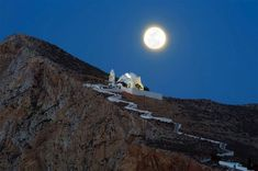 The streets of Santorini are packed with admirers of the island, whereas on Folegandros , another island of the Cyclades, you can find similar architecture Mykonos, Santorini, Artemis, Beautiful Islands, Beautiful Places, Amazing Places, Beautiful Men, Paros, Porches